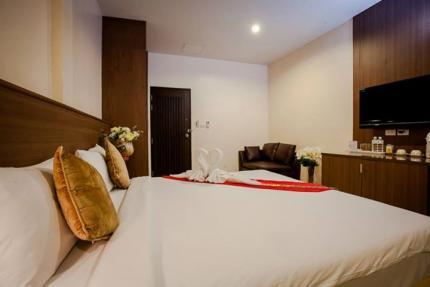 โรงแรม เดอะเวฟ ป่าตอง
