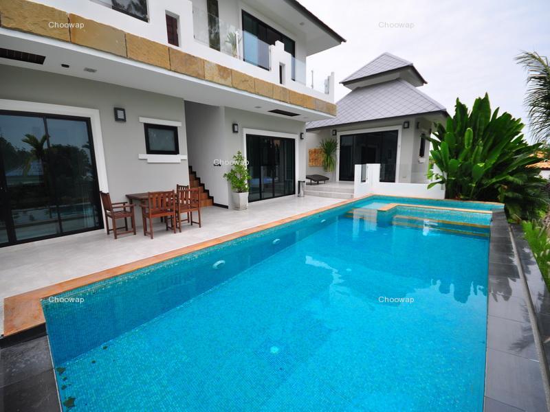 两层楼泳池别墅